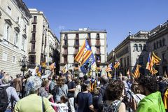 La protesta reúne la tribuna de España Cataluña Barcelona de la libertad y de la independencia para los discursos Fotografía de archivo libre de regalías