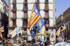 La protesta reúne la tribuna de España Cataluña Barcelona de la libertad y de la independencia para los discursos Imágenes de archivo libres de regalías