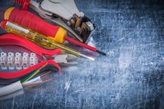 La protezione degli spellafili ha isolato il punto di contatto del morsetto del blocchetto dei cacciaviti Fotografia Stock