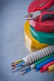 La protezione elettrica del cavo delle pinze dei nastri di isolamento cabla il constru Immagine Stock Libera da Diritti