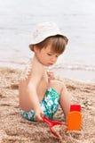 La protezione solare del disegno del sole sulla parte posteriore del bambino (ragazzo) Fotografia Stock