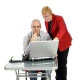 La protuberancia está explicando el trabajo con una secretaria de sexo masculino imágenes de archivo libres de regalías