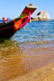 la proue Asie dans la plage blanche d'île de baie de tao de kho bascule Photo libre de droits