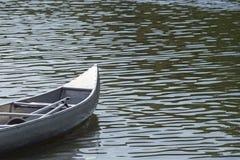 La proue d'un canoë sur l'eau avec le petit scintillement ondule Image libre de droits