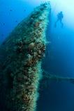 La proue de expédient l'épave avec des plongeurs Images stock
