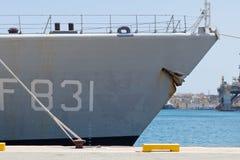 La proue de la frégate grise de cuirassé s'est accouplée dans le port grand Photos libres de droits