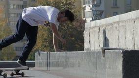 La prova del skateboarder un trucco di frantumazione sulle fermate di camion del pattino e del bordo fa scorrere, rallentatore video d archivio