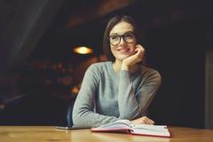 La prova della ragazza di Atractive capisce la strategia aziendale dell'ostello e del ristorante Fotografie Stock Libere da Diritti