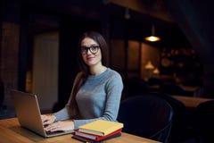 La prova della ragazza di Atractive capisce la strategia aziendale dell'ostello e del ristorante Fotografia Stock