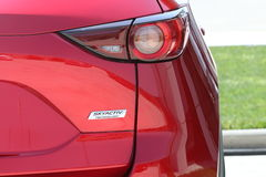 La prova su strada della seconda generazione ha fatto un restyling l'incrocio SUV di Mazda CX-5 Immagine Stock