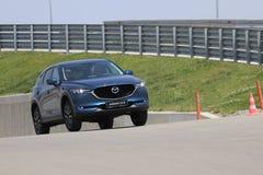 La prova su strada della seconda generazione ha fatto un restyling l'incrocio SUV di Mazda CX-5 Fotografie Stock