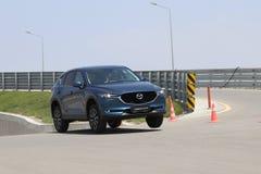 La prova su strada della seconda generazione ha fatto un restyling l'incrocio SUV di Mazda CX-5 Immagine Stock Libera da Diritti
