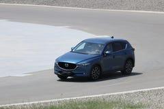 La prova su strada della seconda generazione ha fatto un restyling l'incrocio SUV di Mazda CX-5 Immagini Stock