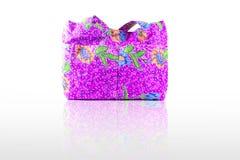 La púrpura hermosa y colorida imprimió el bolso de la señora del paño en el backround blanco Fotos de archivo libres de regalías