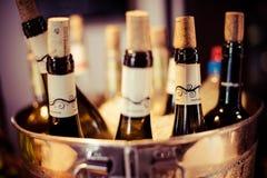 La prueba del bar de vinos puso las botellas de la decoración de la bandeja en restaurante Imagen de archivo libre de regalías