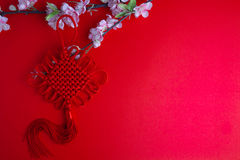 La prune chinoise de décorations de festival de nouvelle année fleurit sur le rouge avec Image libre de droits