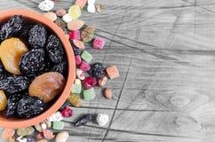 La prune sèche a séché des abricots dans une cuvette sur une vue supérieure de fond noir et blanc photos stock
