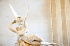 La psiche ha fatto rivivere tramite il bacio del Cupid Immagini Stock Libere da Diritti