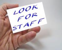 La pubblicit? di reclutamento di lavoro rappresentata ?CERCA dai testi del PERSONALE ? immagini stock