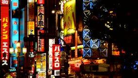 La publicidad de neón firma adentro la sala de las compras de Shinjuku - Tokio Japón