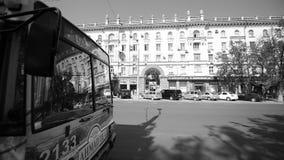 La publicité d'Ahmad Tea sur le trolleybus dans la station avec le bâtiment communiste soviétique large banque de vidéos