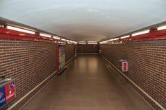 La publicité dans des stations d'enchaînement de passage au souterrain de Madrid photographie stock libre de droits