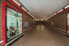 La publicité dans des stations d'enchaînement de passage au souterrain de Madrid image libre de droits