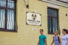 La publicité des visites à la zone de Chernobyl, les gens marchent L'Ukraine, Kyiv, Podil éditorial 08 03 2017 Images stock