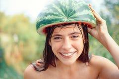 La publicité drôle pour un magasin avec des remises d'automne Adolescent fol Été secondaire Bonjour automne Visage drôle Gens fou photo stock