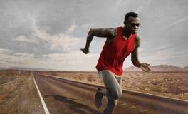 La publicité du portrait de style du jeune homme américain attirant et d'ajustement d'africain noir de coureur avec le corps spor photographie stock libre de droits