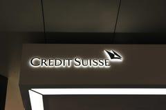 La publicité illuminée pour le côté de Credit Suisse Image libre de droits