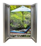 La puerta abierta con de madera relaja la cama Fotografía de archivo libre de regalías