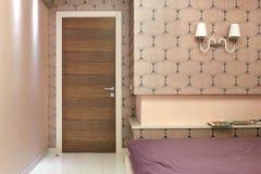 La puerta al dormitorio ligero, interior del dormitorio, puerta de madera imágenes de archivo libres de regalías