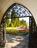 La puerta al jardín fotos de archivo