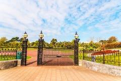 La puerta al parque de la ciudad en la ciudad de la playa, hierro, adorna rico Imágenes de archivo libres de regalías