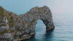 La puerta asombrosa de Durdle en la costa de Devon en Inglaterra almacen de video