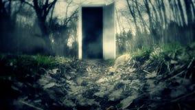 La puerta asustadiza en el bosque metrajes