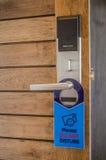 La puerta con la etiqueta o la muestra para no perturba Foto de archivo
