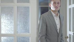 La puerta de abertura confiada del agente inmobiliario que entra en la nueva casa de lujo, muestra a pareja de matrimonios acerta almacen de video