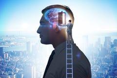 La puerta de abertura del hombre de negocios a la inteligencia artificial imagenes de archivo