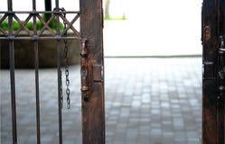 La puerta de acero está abierta Foto de archivo
