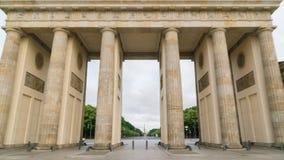La puerta de Brandeburgo Berlin Germany en la exposición larga de la secuencia del lapso de tiempo de Hyperlapse de la luz de la  metrajes