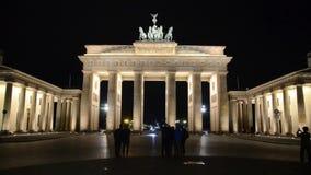 La puerta de Brandeburgo en Berlín, símbolo de la paz y de la unidad y señal famosa en Alemania Monumento neoclásico en la noche  almacen de metraje de vídeo