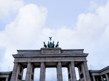 La puerta de Brandeburgo es el ` s de Berlín la mayoría de la señal famosa Un símbolo de Berlín y de la división alemana durante  Foto de archivo