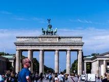 La puerta de Brandeburgo es el ` s de Berlín la mayoría de la señal famosa Un símbolo de Berlín y de la división alemana durante  Imagen de archivo libre de regalías