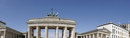 La puerta de Brandeburgo es el ` s de Berlín la mayoría de la señal famosa Un símbolo de Berlín y de la división alemana durante  Imágenes de archivo libres de regalías