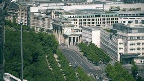 La puerta de Brandeburgo y el embajada de los Estados Unidos en Berlín, Alemania almacen de metraje de vídeo