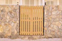 La puerta de la cerca y la lámpara de polo de madera con la roca cortan la decoración de la pared imagenes de archivo