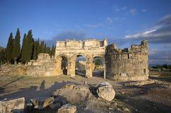 La puerta de la ciudad antigua Hierapolis, Pamukkale/Turquía imagen de archivo