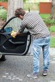 La puerta de coche de pulido del hombre Imágenes de archivo libres de regalías